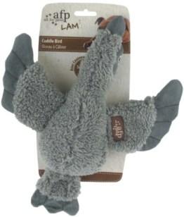 Der Cuddle Bird besteht aus grauem Lammfellimitat aus Plüsch. Er ist 30 cm groß und damit ein idealer Spielbegleiter für alle Hundegrößen.
