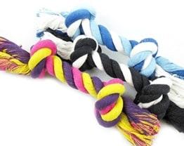 """Der """"Knochen"""" aus Baumwollstrick ist ein massiv geflochtenes Seil mit 2 dicken Knoten an den Enden. Toll für Zerrspiele und zum Apportieren."""